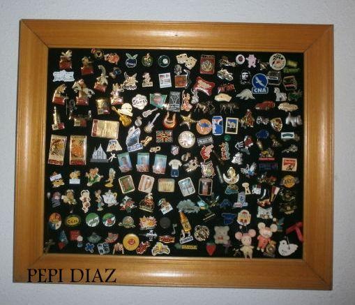 Cuadro de pins. El marco esta hecho con el embellecimiento de las puertas,un tablero forrado con fieltro negro y los pins.
