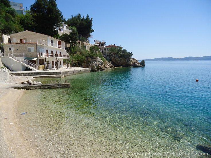 Mimice, toller kleine Ort auf der Omis Riviera, ein sehr gemütlicher Promenade mit mehrere Restaurants und kleine Kiesstrände