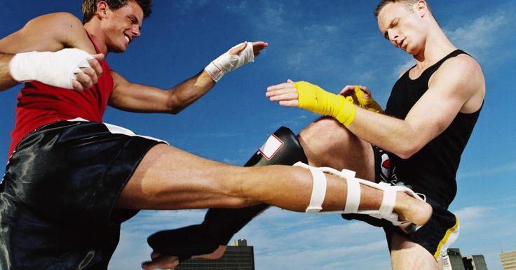 Como fazer braçadeiras de Muay Thai. Muay Thai é uma forma de kickboxing que se originou na Tailândia. Os praticantes dessa arte tradicionalmente usam braçadeiras feitas de cordas trançadas enquanto treinam; a faixa é amarrada firmemente em torno dos braços, enquanto as extremidades ficam soltas. Você pode fazer suas próprias braçadeiras de Muay Thai em casa usando alguns itens ...