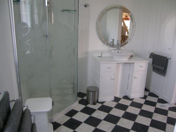 Salle de bain toute blanche.