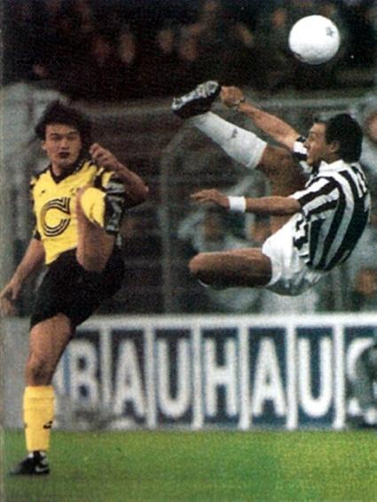 El italiano Antonio Conte (izquierda) del Juventus FC despeja el balón de forma acrobática ante la presencia del delantero del Borussia Dortmund, Stéphane Chapuisat