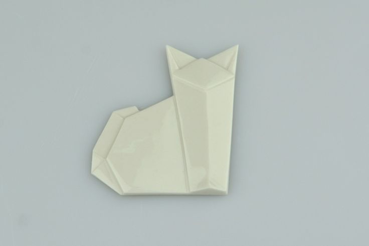 Brož KOČKA Origami je staré japonské umění skládání papíru. Porcelart je nové české umění skládání porcelánu. Originální porcelánové brože a náušnice. Brož o rozměru cca 5x5cm. Zapínání na brožový můstek. Orikata. Orisue.