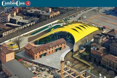 """La 'testa gialla' dell'efficienza.    Una scultura d'alluminio in tonalità """"giallo Modena"""": è il Museo Enzo Ferrari completato pochi mesi fa e già divenuto un simbolo di altissima efficienza e grande capacità costruttiva."""