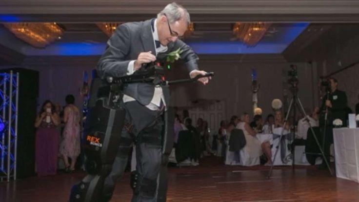 Emotionale Hochzeits-Überrraschung | Gelähmter macht 30 Schritte für seine Tochter http://www.bild.de/news/ausland/laehmung/gelaehmter-vater-roboteranzug-fuer-brautrede-seiner-tochter-38547994.bild.html https://www.youtube.com/watch?t=15&v=zyTqQSJ-aIk