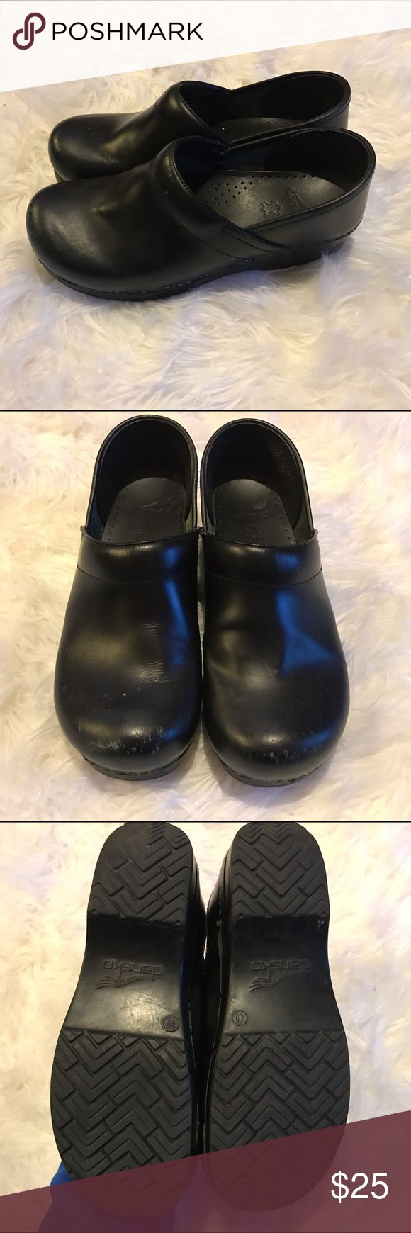 Classic black danskos. ECU. Size 40 Classic black danskos in good condition besides wear on toes. Women's size 40 Dansko Shoes Mules & Clogs