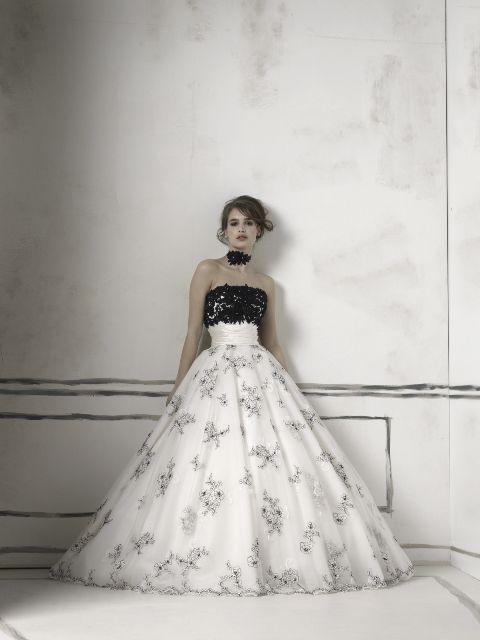 イギリス発ブランドのモノトーンカラードレス。 シルクとシルクオーガンジーを使った透明感のある美しいモノトーンのウェディングドレス・花嫁衣装参考まとめ♪