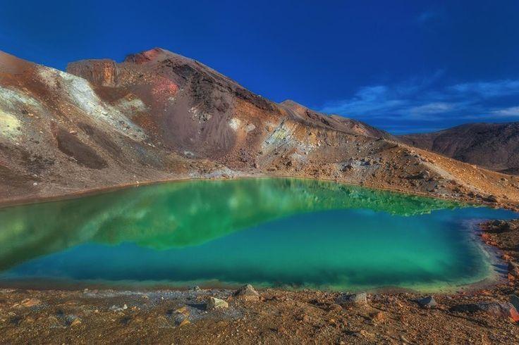 Křišťálové jezero v podivuhodných barvách Smaragdové jezero, Nový Zéland