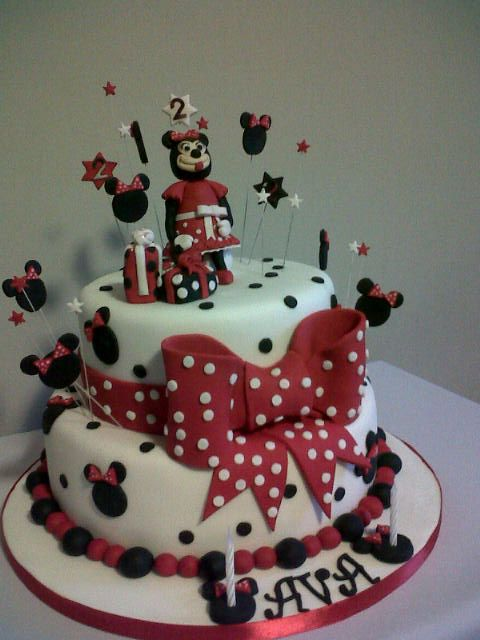 Minnie Mouse cake. I love the bow on this cake and all the faces