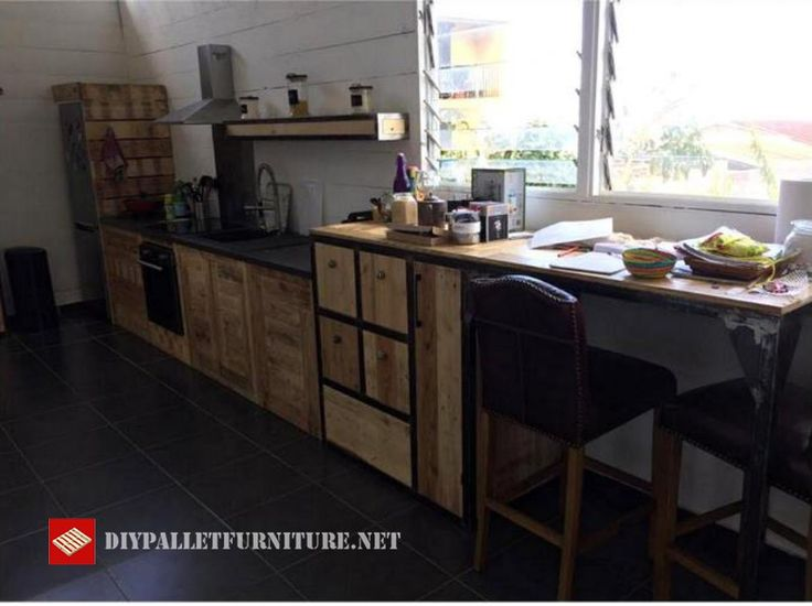 This idea of kitchen has been found on the internet, is completely built and decorated with pallets, from the island of the kitchen, cabinets, shelves, and for example the drawer for the refrigerat…