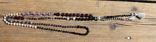 Her er kæden lidt mere enkel, da ikke alle lykkesten er repræsenteret og farverne er holdt i mere dæmpede nuancer.  Denne kæde er lavet med silkesnor og der er bundet knuder imellem hver sten. Du kan herover finde et link til Smyks guide til hvordan du laver knuder mellem perler og får knuden til at sidde helt tæt på hver perle.