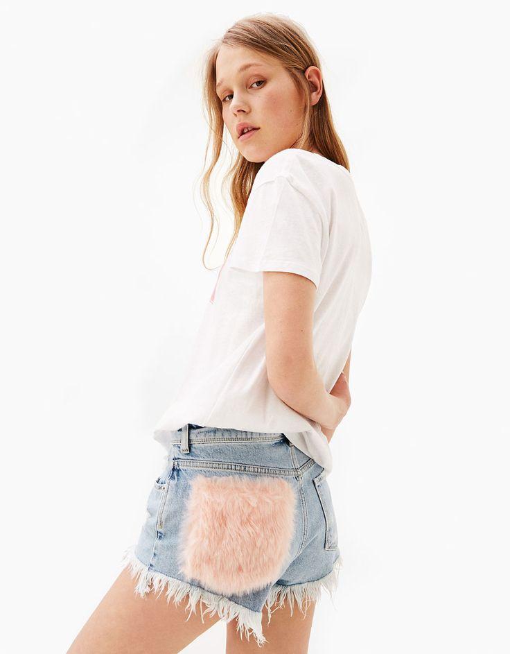 Calções de ganga faux fur bolso e bainha desfiada. Descubra esta e muitas outras roupas na Bershka com novos artigos cada semana