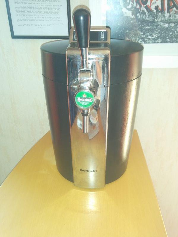 Tireuse à pression de marque Krups. Avec afficheur digital de la température et du niveau de la bière. Compatible avec les fûts Heineken, Desperados, Affligem, Pelforth. Je fournis les flexibles.Plus d'informations sur : http://www.krups.fr/fr/beertender