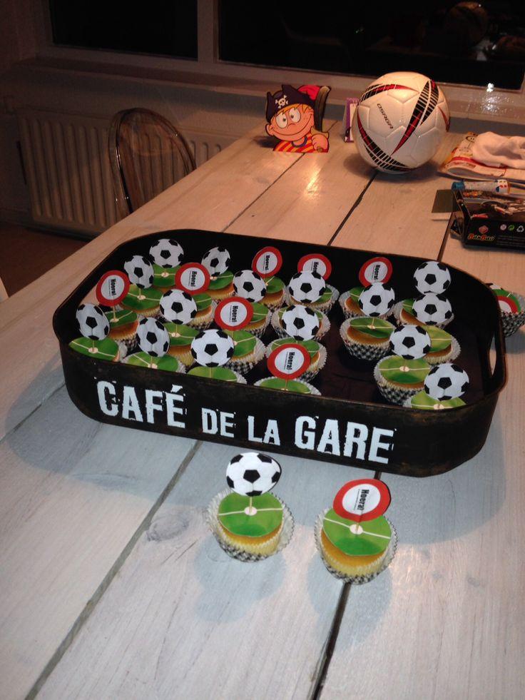 Traktatie voetbal cupcake.