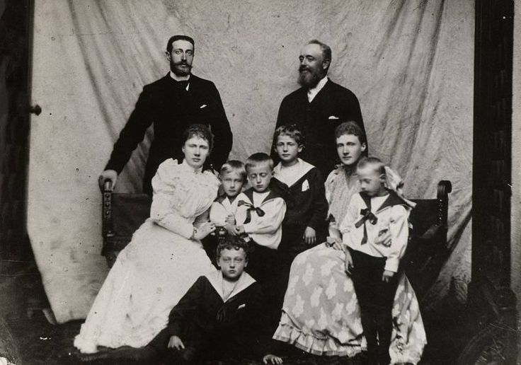 1892. Великий князь Константин Константинович (1858-1915), великая княгиня Елизавета Маврикиевна (1865-1927), князь Иоанн Константинович (1886-1918), князь Гавриил Константинович (1887-1955), князь Георг Шаумбург-Липпе (1846-1911), принцесса Мари-Анн Шаумбург-Липпе (1864-1918), князь Адольф II Шаумбург-Липпе (1883-1936), князь Мориц Шаумбург-Липпе (1884-1920) и принц Вольрад Шаумбург-Липпе (1887-1962)