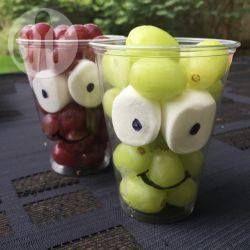 Monster Trauben (Halloween) - Ich mach diese kleinen Traubenmonster oft im Herbst für meine Kinder. Wenn sie die Marshmallows essen wollen, müssen sie alle Trauben essen. Auch super für Halloween. @ de.allrecipes.com