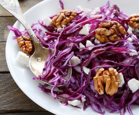 Gustosa, colorata e originale: l'insalata croccante di cavolo rosso e noci è un piatto perfetto da servire sia come contorno che come antipastino.
