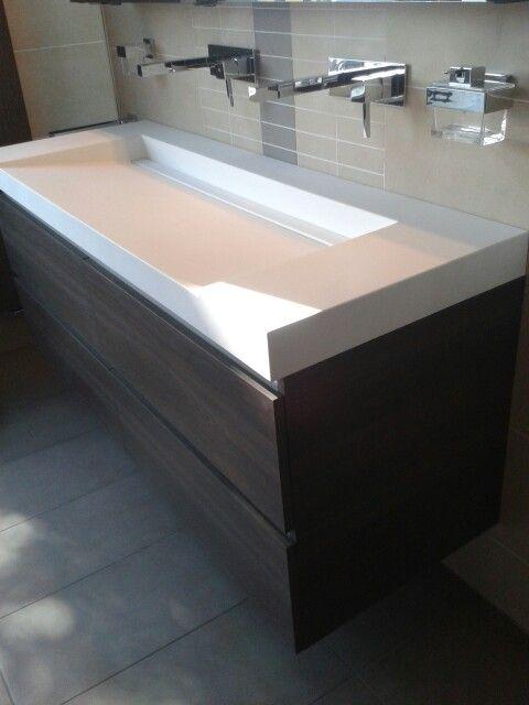 Welbie sanitair strak design schuin aflopende wastafel in dzignstone met drainafvoer mat wit - Van plan corian ...