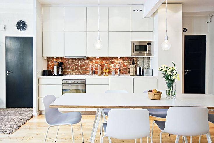 Keittiössä vanha sai rinnalleen uutta. Vanhat hyvärunkoiset kaapistot uudistettiin vetimettömillä ovilla. Vanha tiiliseinä kaappien välitilassa sai jäädä reilusti esille. Ovet Keittiökalustetukusta.
