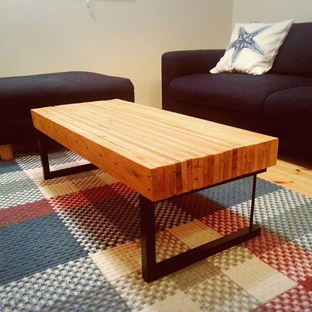 男性で、のローテーブルDIY/ローテーブル/廃材/古材/シャビー/男前インテリア…などについてのインテリア実例を紹介。「使わない木製パレットを貰ってきて、分解して出た長細い木材を2,30枚ほど重ね合わせてローテーブルの天板を作りました。脚は壊れたミニテーブルを分解して、脚だけ再利用。0円ローテーブルです(笑)」(この写真は 2016-01-22 16:02:04 に共有されました)