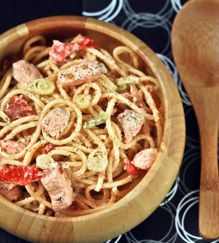 Spaghetti with salmon and tomatoes