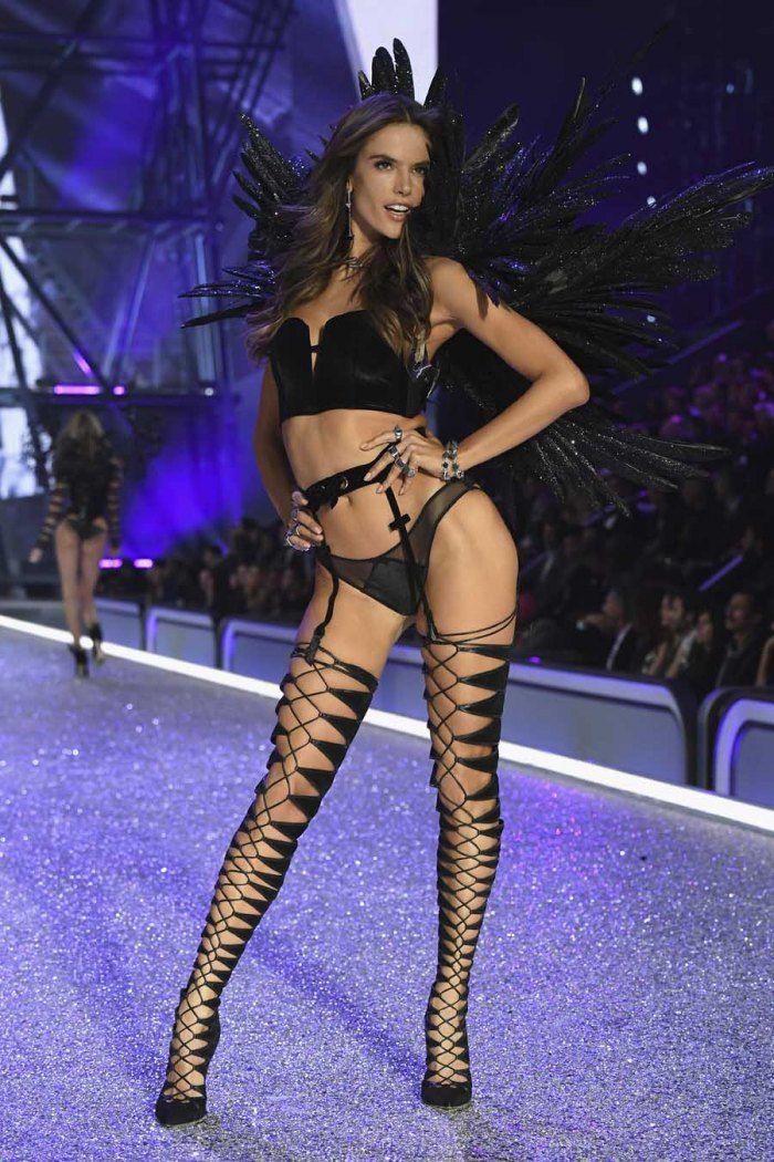 Victoria's Secret: les 30 photos qui ont marqué le défilé 2016 - Malgré ses récentes critiques à l'encontre de la marque de lingerie, Alessandra Ambrosio assure le show. © Getty
