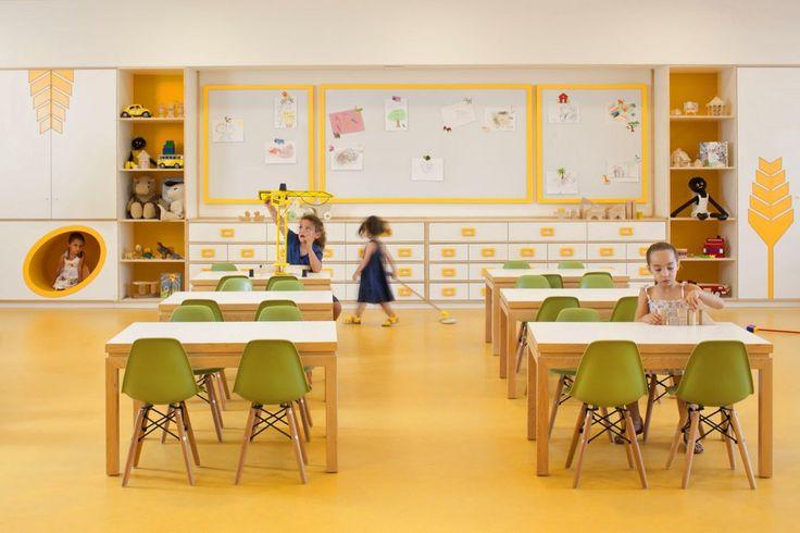 Kfar Shemaryahu Kindergarden / Sarit Shani Hay, wood tables, magnetic white boards, yellow rubber floors, green chairs, kids, classroom