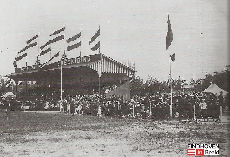 Bij gelegenheid van het zilveren jubileum schonk Philips een houten tribune .1916