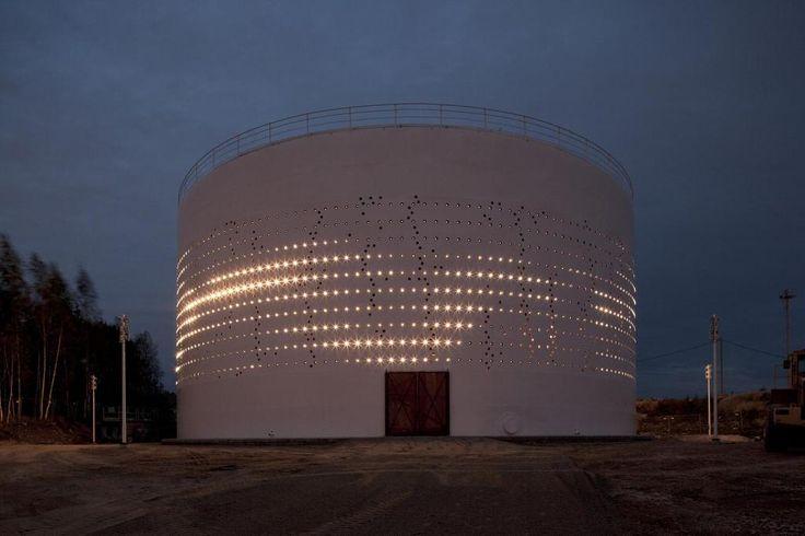 새로운 장소성을 제시한다. 필란드 헬싱키, 바다에 면한 작은 마을에 버려진 사일로는 이지역의 자연적인 빛과 바람 그리고 움직임을 재구성하는 거대한 빛의 파빌리온으로 리뉴얼된다. 백색의 실린더에 펀칭된 2012개의 홀과 내부에 설치된 1280개의 LED조명은 인공지능에 의해 5분 간격으로 수집된 이지역의 바람속도, 방향, 온도, 시계성, 적설량 등을 이지역의 11,000명의 움직임을 포함하여 빛의 패턴으로 비쥬얼라이징 한..