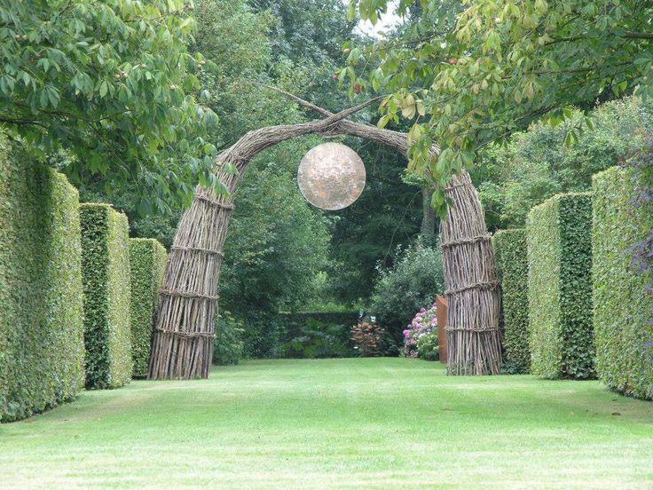 Prachtig sculptuur van wilg in de tuin van kwekerij de kleine plantage in Eenrum. Foto Jikke Hamerpagt