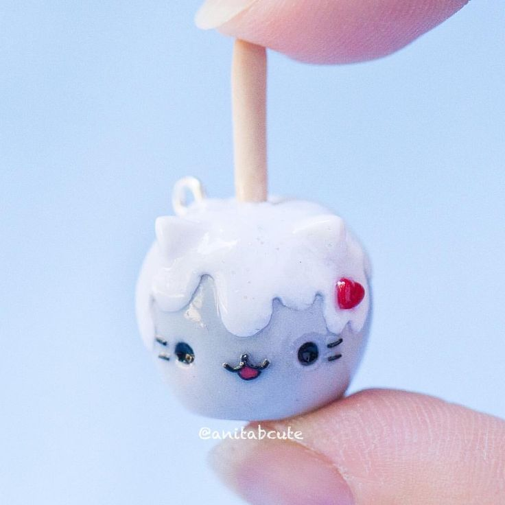 Autumn is around the corner and is prime time for apple harvesting! Time to bring in new charms like this Pusheen inspired candy apple!  . . #handmade #handcrafted #polymerclay #charm #charms #autumn #apple #appleharvest #candyapples #pusheen #kawaii #cute #chibi #kawaii #diy #craft #crafts #miniature #anitabcute