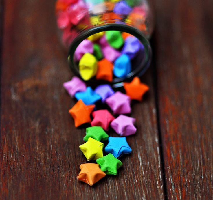 Färgglada stjärnor Har du testat att vika dessa småstjärnor tror vi att du fastnar. Och viker hundra till. Minst. Blanda olika färger och lägg i en fin burk eller strö ut över dukningen. Har du små remsor från tidigare pyssel är det dessutom ett smart återbrukspyssel. Vik din första stjärna enligt denna beskrivning: Gratis beskrivning …