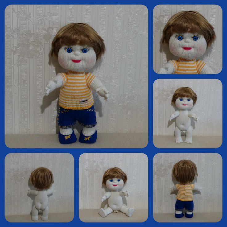 Кукла связана спицами, без швов. Наполнитель – холлофайбер. Рост – 38 см. Ручки, ножки свободно двигаются – надежное крепление. Сидит и стоит самостоятельно. Вся одежда снимается полностью. Волосы можно расчесывать.