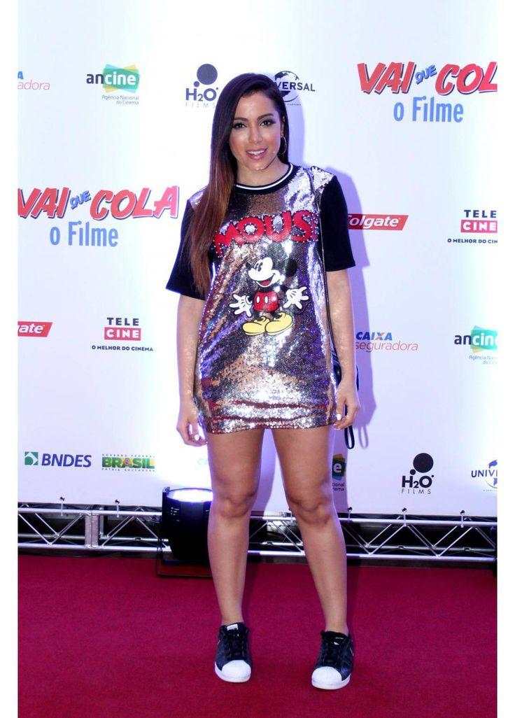 Anitta usou um camisão com paetês e um tênis para conferir o lançamento do filme…