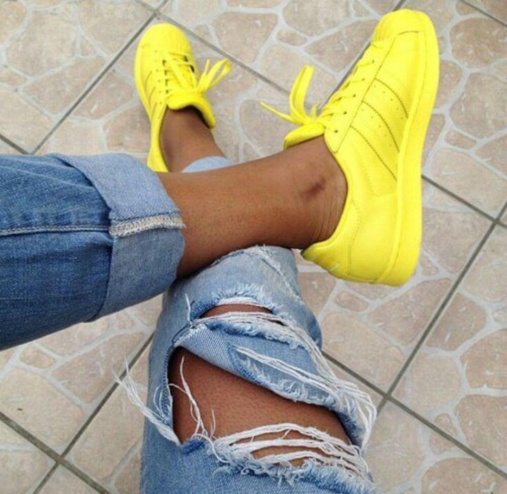 pies de mujer con tenis adidas superstar amarillo