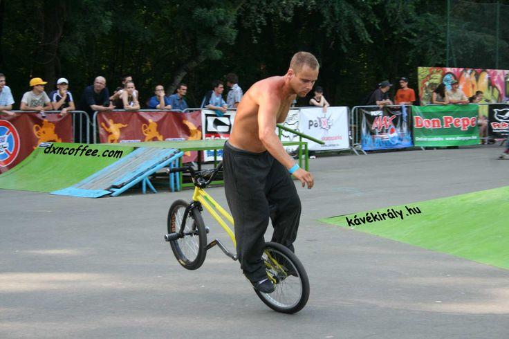 "Fura nevük van a BMX Flatland trükköknek. A képen a ,,hátsóudvar-siklás"" látható. Bemutatja: Takács Gergely, Szegedi Extrém Játékok 2008.05.12. / BMX Flatland tricks have a strange name. Backyard glide is the name of the trick presented by Gergely Takács, Extreme Games Szeged, Hungary"
