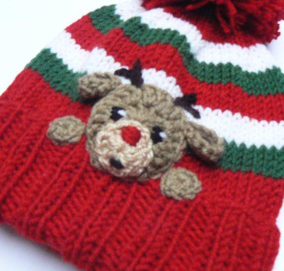 Sombrero de pom pom de hecho punto Navidad con Reno de nariz roja encantadora Rudolph en frente. Los niños va a encantar! Será excelente como regalo de Navidad.  Elija el tamaño usando el menú desplegable. Tamaños disponibles -Niño 18-20 -Niño 19-21 -Adolescentes 20,5-21,5  Color - rojo, verde, blanco Hecho de lana hilado mezclado de acrílico.  Este sombrero está hecho a la orden!  Por favor lea las políticas de la tienda acerca de tiempo de envío y de entrega: www.etsy.com/shop/2mice/policy…