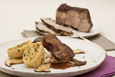 Geschmorter Nacken vom Duroc-Schwein mit Rotwein-Dattel-Sauce, Pilzcreme, gebratene Kräuterseitlinge, Weißkohlstrudel