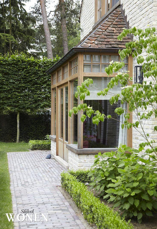 Stonework. Glassed entry.  Home Development Company - fotografie: Sarah Van Hove