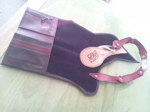 牛革で作った折り畳み財布になります。財布本体は小ぶりですがしっかり小銭、カード、お札が入ります!4枚目の写真にありますが、財布本体の方をポケットに入れて頂いて...|ハンドメイド、手作り、手仕事品の通販・販売・購入ならCreema。