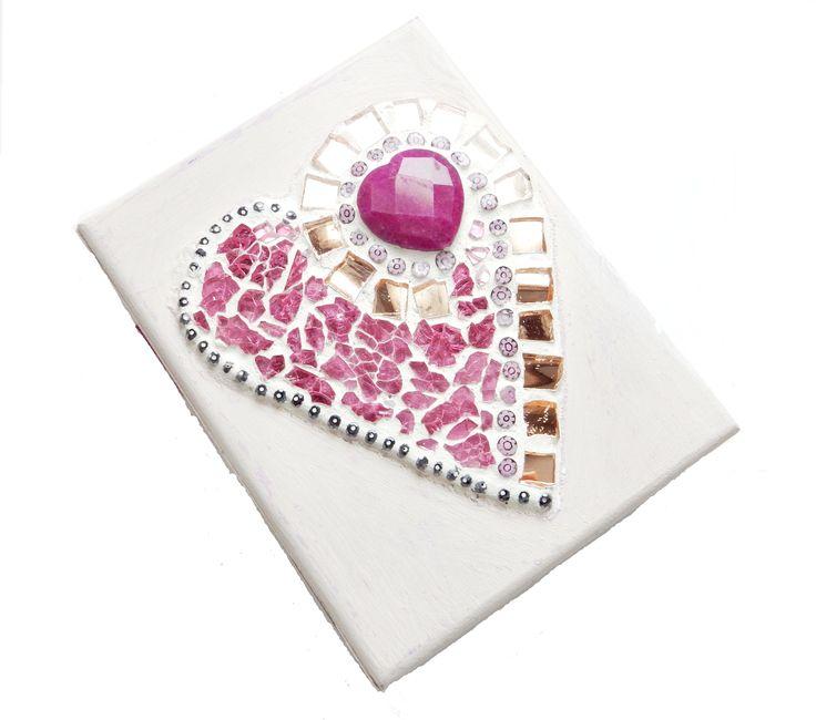 Cofanetto Shabby chic con cuore in mosaico. Pietra d'agata fucsia a cuore, tesserine rosa specchiate, cristalli, murrine e vetro craklé