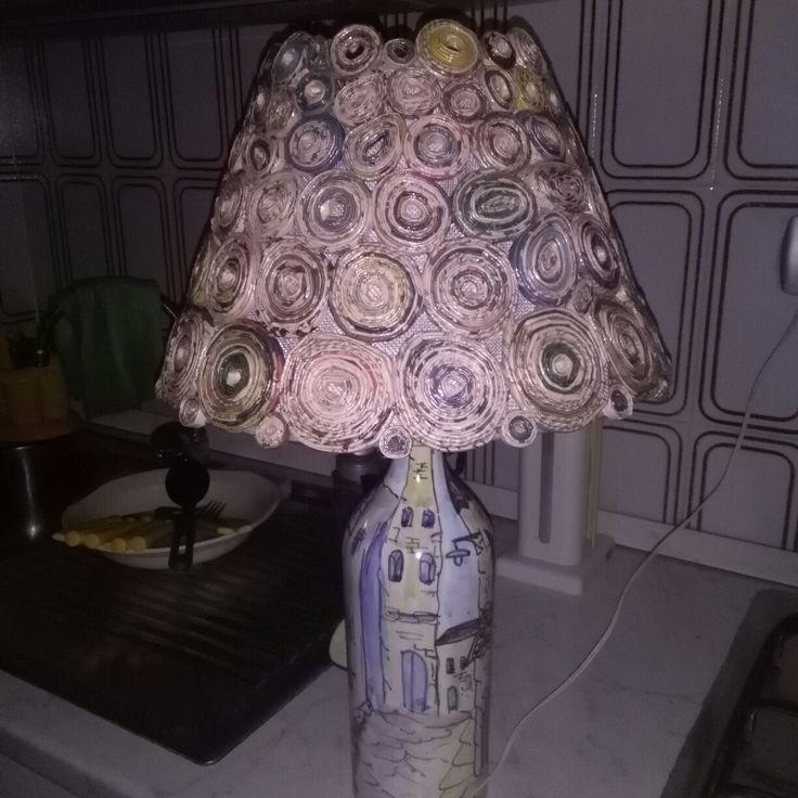 Lampda base ceramica cappello realizzato riciclando il giornale sole 24   con i colori naturali della carta