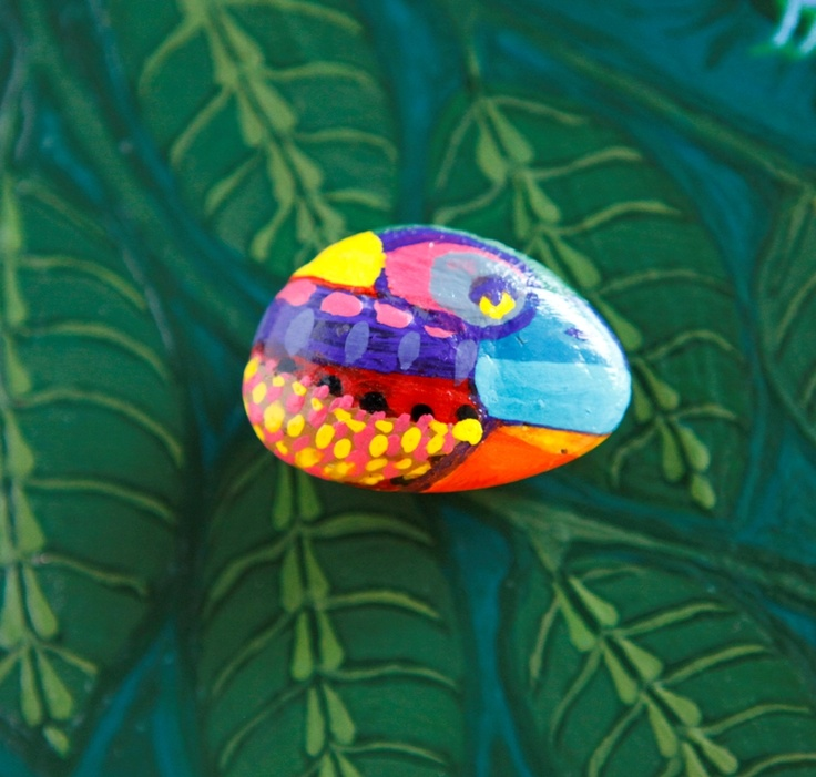 An old Pandala-lizard sitting on a leaf in the jungle - painted stone magnet by Mesekavics