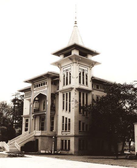 Cemil Topuzlu Köşkü, 1900. Yapının yenilenmeden sonraki görünümü ve giriş bölümü. Foto: Erdal Aksoy