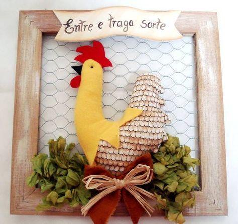 quadro em madeira com tela de galinheiro, galo ou galinha em tecido e feltro. As cores e os dizeres da placa são de sua escolha.