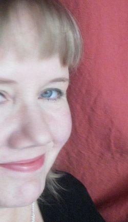 Anu Holopainen -   Anu on nuortenkirjailija ja toimittaja. Hän on tullut tunnetuksi nuorille suunnatuista fantasiakirjasarjoistaan.