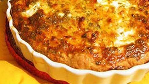 Ulkoilun jälkeen maistuu lämmin suolainen piirakka. Leivo pohjataikina itse tai käytä pakastetaikinaa, jota saa myös kevyenä versiona. Täytteenä piirakassa ovat kätevät broilerinfileesuikaleet. Erillaisilla juustoilla voit vaihdella makua ja piirakan keveyttä / rasvaisuutta.
