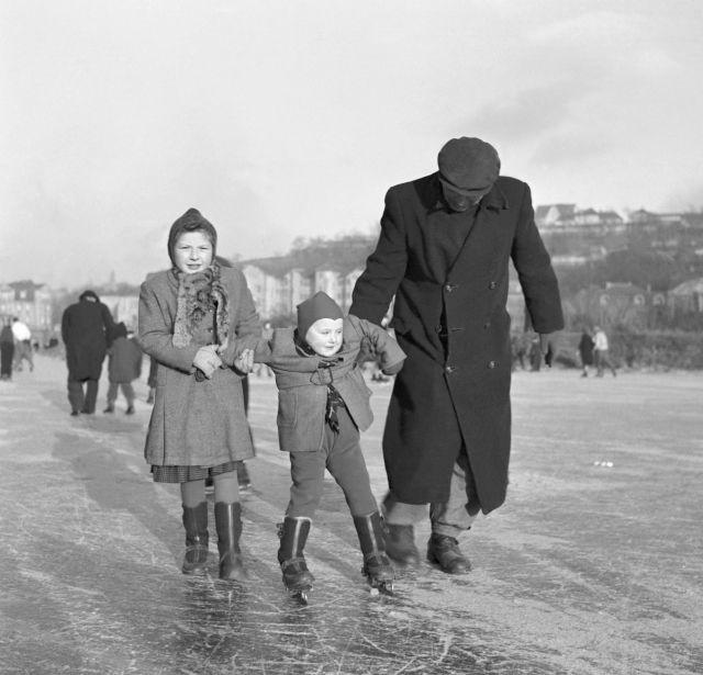 V 50. letech se ještě někdo na Vltavě učil bruslit.