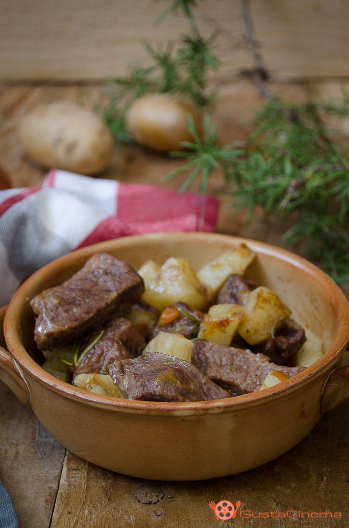 Spezzatino di vitello alla birra con patate è un secondo piatto gustoso, che si prepara con pochi ingredienti. Un piatto semplice e facile da preparare. Ideale per un pranzo o una cena saporita e appetitosa.