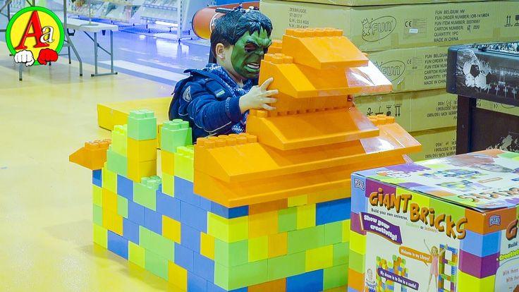 Маленький Халк собирает Замок из Лего блоков