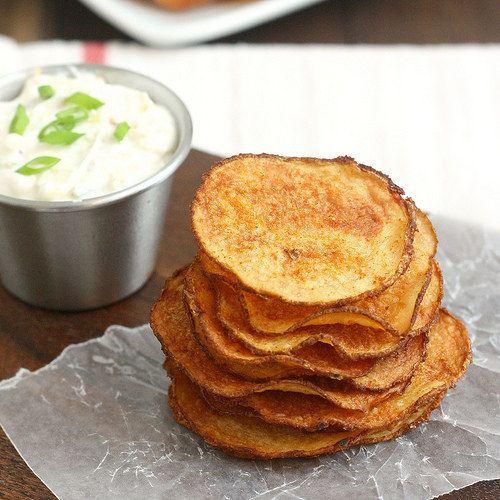 Lascas de batata assadas e defumadas na páprica com molho de cebola triplo | 31 versões assadas e bem mais saudáveis de comidas fritas